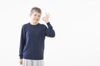 OKサインを出すシニアの日本人女性