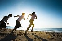 砂浜を走る若者たち