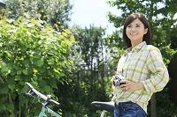 休日にサイクリングを楽しむ日本人女性