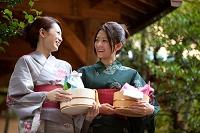 風呂桶を持っている浴衣の日本人女性