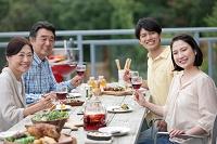 テラスで食事する日本人家族