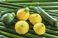 野菜 青竹の上のズッキーニ