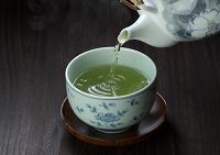 茶碗に注ぐ緑茶