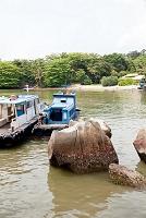 シンガポール 船着き場で船を整備する船長
