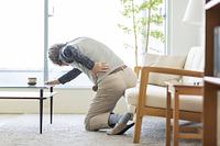 腰が痛い日本人のシニア男性