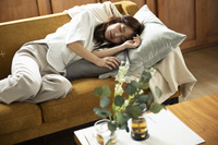 ソファで眠っている日本人女性