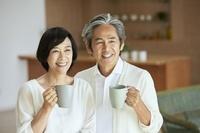 リビングで寛ぐ日本の中年夫婦