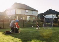 庭で野球をする親子
