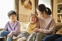 ソファでくつろぐ日本人家族