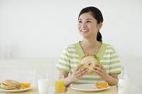 朝食を食べる女性