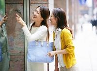 ウインドウショッピングをする中年女性