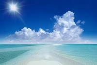 沖縄県 入道雲と海と太陽