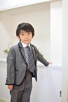 玄関に立つ日本人の男の子