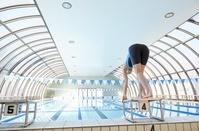 スタートを待つ女子水泳選手
