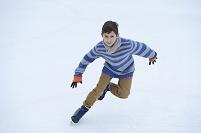 スケートをする男の子