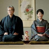 お正月に着物姿で微笑むシニア夫婦