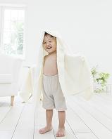 バスタオルを被った日本人の男の子
