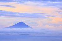 山梨県 国師ヶ岳 夜明けの富士山と雲海