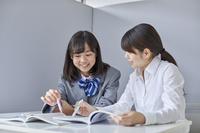 先生と個別で勉強する女子中学生