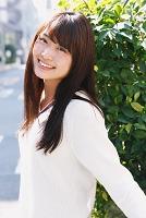 大学生風ファッションの日本人女性