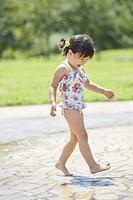水遊びをする日本人の女の子