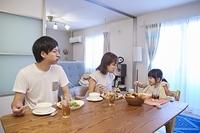 食事をする日本人三人家族