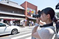 川越の街並みを撮影している日本人女性
