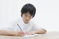 勉強する若い日本人男性