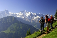 スイス ユングフラウを見つめる登山客