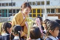 先生に花束を渡す幼稚園児達