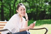 公園のベンチに座る日本人女性