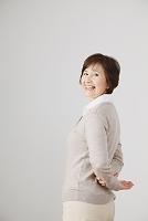 振り向く日本人のシニア女性