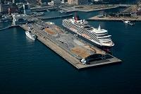 神奈川県 豪華客船クイーン・エリザベスと横浜大桟橋