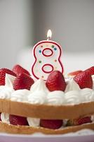8歳のお誕生日を祝うケーキとキャンドル