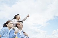 青空と寄り添う日本人家族
