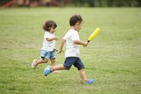 公園で遊ぶ兄妹