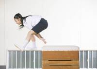 跳び箱を飛ぶ小学生