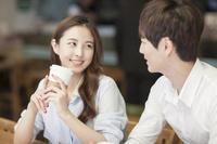 カフェで話をする若者カップル