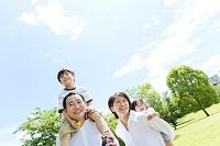 公園を歩く日本人家族