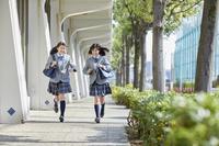 仲良く走る女子中学生