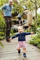 ウィリアム英王子一家、キャサリン妃が共同デザインの庭園楽しむ