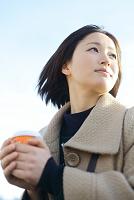コートを着た若い日本人女性