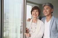 外を眺める日本人シニア夫婦