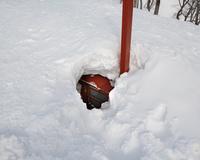 雪に埋もれた熊穴沢避難小屋