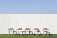 学習机と青空の教育イメージ