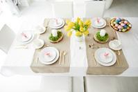 テーブル並べられた食器