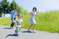 公園を走る息子と両親