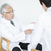 ビジネスマンに診断結果を伝える医者
