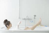 泡で満たされた入浴中の20代日本人女性