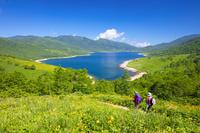 群馬県 野反湖とハイカー